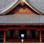 天理教の本部神殿を見学。そこにあるのは3157畳の大空間と祈りの場